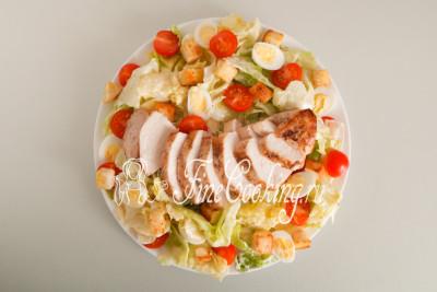 Используем его сразу в качестве заправки для этого самого салата Цезарь (200 граммов хватит на 3-4 порции)