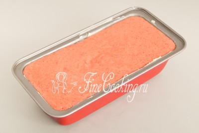 Берем подходящую по размеру форму (размеры моей прямоугольной: 24х11 см - по верху, 21х8 см - по дну, высота - 6,5 см) смазываем ее мягким сливочным маслом