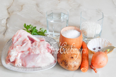 В пошаговый рецепт этого вкусного первого блюда входят такие ингредиенты: вода, куриный суповой набор, картофель, рис (можете взять любой, но я предпочитаю шлифованный – он быстрее разваривается), морковь, репчатый лук, соль, лавровый лист, черный перец горошек и немного свежей зелени по вкусу