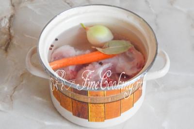 Вначале сварим куриный бульон с добавлением овощей и лаврушки с перцем