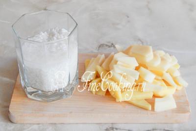 Тем временем очищаем картофель и нарезаем его произвольными некрупными кусочками - кубиком или брусочками