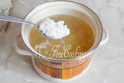 Кладем рис и варим все на среднем огне около 20 минут до мягкости картофеля и разваривания риса
