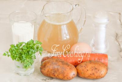 Для приготовления этого простого и вкусного первого блюда нам понадобятся следующие ингредиенты: куриный бульон, картофель, морковь, манная крупа, куриное яйцо, петрушка