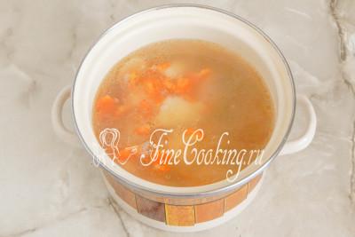 Картофель и морковь стали мягкими - пора опускать в кастрюлю манные клецки и солить суп