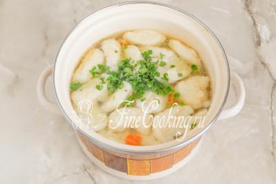 Добавляем ароматную зелень в готовый суп, перемешиваем и даем прокипеть еще минуту