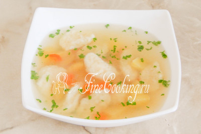 Разливаем суп с галушками в порционные миски и подаем