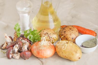 Для приготовления этого простого первого блюда возьмем воду, картофель, грибы маслята, морковь, репчатый лук, свежую петрушку (или укроп), рафинированное растительное (у меня подсолнечное) масло, соль, лавровый лист и перец черный горошек