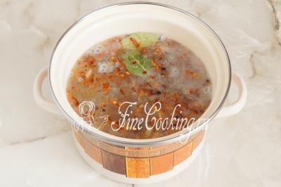 Перекладываем содержимое сковороды в кастрюлю с кипящим бульоном и картошкой и варим еще минут 10