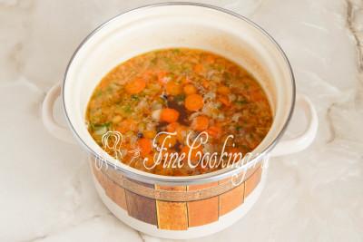 Варим суп еще пару минут, затем выключаем огонь, накрываем кастрюлю крышкой и даем ей постоять минут 5