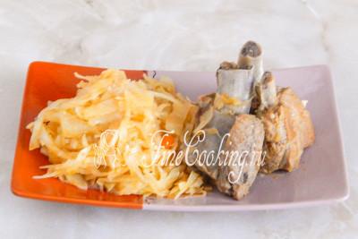 Подаем ребрышки с капустой горячими в качестве второго блюда на обед или как основное кушанье на ужин