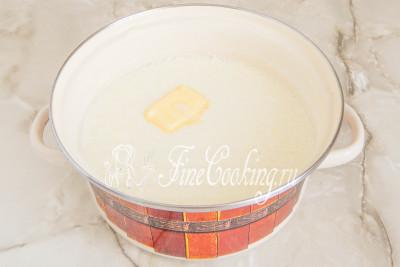 Затем добавляем жирные сливки и кусочек сливочного масла