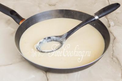 Можно продолжить готовить сыр Брюност и дальше в кастрюле, но я выбрала не ту (слишком тонкое дно), поэтому перелила содержимое в широкую и глубокую сковороду (диаметром 26 сантиметров)