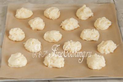 Остается лишь испечь заварные сырные булочки гужеры