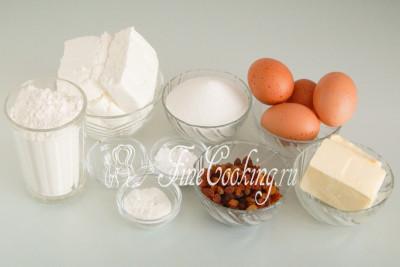 Для приготовления тертого творожного пирога нам понадобятся следующие ингредиенты: творог, пшеничная мука, сахар-песок, сливочное масло, куриные яйца, изюм, ванильный сахар, разрыхлитель теста и соль