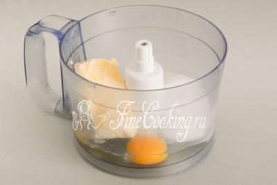 Тесто для тертого пирога можно запросто приготовить и вручную, но гораздо быстрее и удобнее делать это в кухонном комбайне