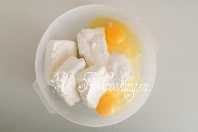 Для начинки складываем в миску 500 граммов творога, 2 куриных яйца, 100 граммов сахарного песка и 1 чайную ложку ванильного сахара (можно заменить щепоткой ванилина)