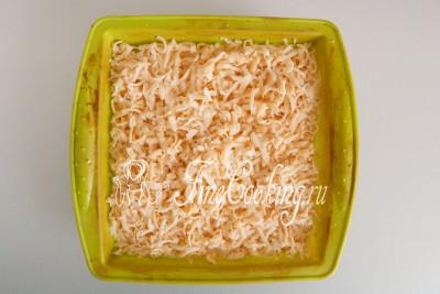 Поверх творожного соля натираем вторую часть теста