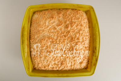 Ставим форму с тертым пирогом в заранее прогретую духовку на средний уровень и готовим при 180 градусах около 1 часа до красивого румяного цвета