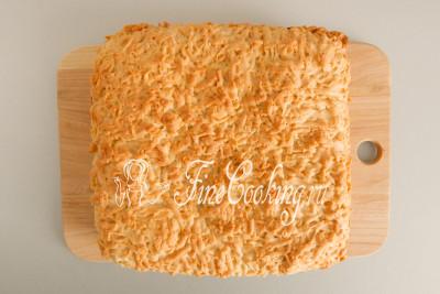 Тертый пирог с творогом и изюмом немного остужаем в форме, после чего его можно достать и нарезать порционными кусочками