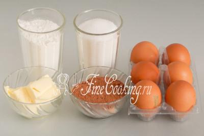 Для приготовления этого шоколадного бисквита нам понадобятся следующие ингредиенты: мука пшеничная (я использую высшего сорта), куриные яйца среднего размера (около 45-50 граммов каждое), сахарный песок, сливочное масло, а также несладкий порошок какао хорошего качества