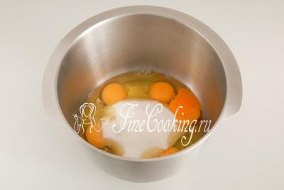 В объемную емкость, которая подходит для взбивания, разбиваем 6 куриных яиц