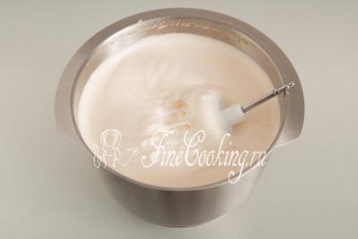 После этого снимаем емкость с водяной бани и с помощью миксера взбиваем яйца с сахаром на высокой скорости до устойчивой светлой пены и увеличения в объеме в 5-6 раз