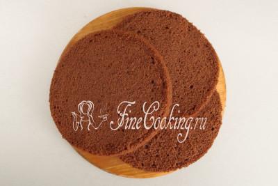 Спустя отведенное время разрезаем шоколадный бисквит на 3 одинаковых коржа