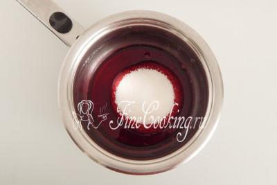 Переливаем вишневый сок в кастрюльку или сотейник, добавляем оставшийся сахарный песок (120 граммов)