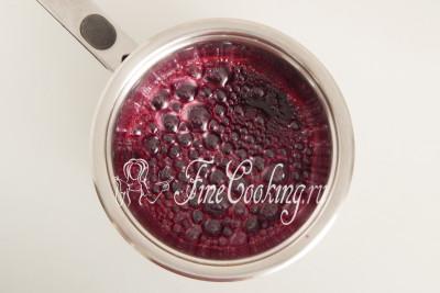 Провариваем вишневый сироп после закипания 3-4 минуты на огне ниже среднего, не забывая помешивать