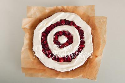 Перекладываем взбитые сливки (можно часть крема) в кондитерский мешок или обычный полиэтиленовый пакет