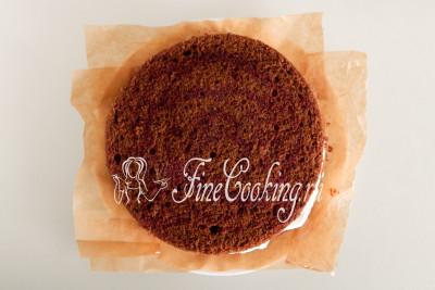 Накрываем нижнюю часть будущего торта черный лес вторым бисквитом