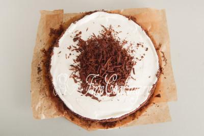 А вот красивую длинную шоколадную стружку мы переносим на верх торта