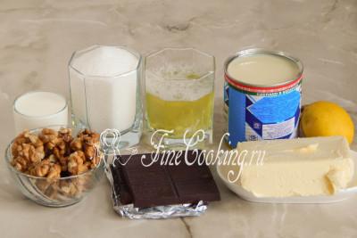 Для приготовления торта Графские развалины с безе возьмем яичные белки, сахарный песок (можно сахарную пудру), сливочное масло, сгущенное молоко с сахаром, горький шоколад, очищенные грецкие орехи, молоко (или сливки), сок лимона и щепотку соли