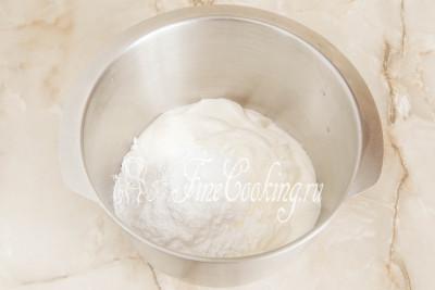 В емкость для взбивания кладем 700 граммов жирной сметаны - она должна быть холодной