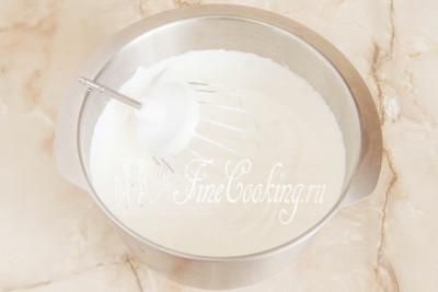 Взбиваем сметану с сахарной пудрой миксером на самой высокой скорости около 10-12 минут, пока она не увеличится в объеме