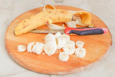 Теперь, когда крем готов, чистим бананы и нарезаем их не очень тонкими кругляшами