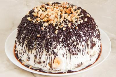 Присыпаем шоколадную паутинку остатками грецких орешков и можно подавать наш десерт