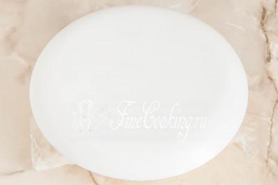 Накрываем миску плоским блюдом или тарелкой