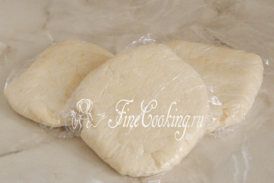 Делим тесто на 3 равные части и заворачиваем каждую в пищевую пленку или пакет