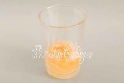 В стакан емкостью 250 миллилитров (обычный граненый) разбиваем сырое куриное яйцо (из холодильника), добавляем к нему столовую ложку уксуса и щепотку соли