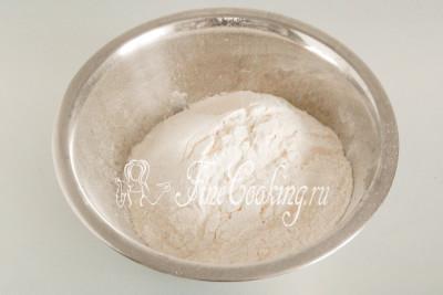 Замешивать такое слоеное тесто можно как в посуде (мне больше нравится именно в миске), так и на рабочей поверхности
