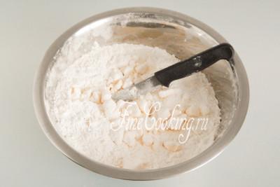 Сначала нарезаем масло довольно крупно, после чего стараемся порубить его как можно мельче