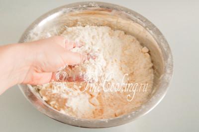 После этого руками (между большим и средним пальцами) перетираем масло с пшеничной мукой в крошку, стараясь делать это довольно быстро - нельзя давать маслу сильно нагреваться