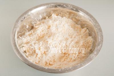 Минут за 10 (если постараться, можно и быстрее) сливочное масло с пшеничной мукой превратятся вот в такую маслянисную крошку