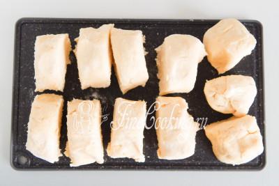 С помощью ножа или скребка разрезаем тесто на 8-12 частей (у меня 11) таким образом, чтобы они были приблизительно одинакового размера