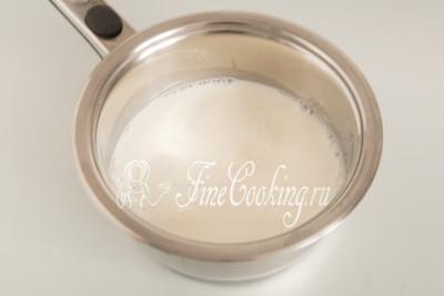 В небольшую кастрюльку (у меня емкостью 2 литра) или сотейник наливаем 400 миллилитров молока (холодного или комнатной температуры - не столь важно) и ставим на средний огонь - пусть греется (до кипения доводить вовсе не обязательно)