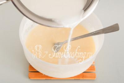 Когда молоко почти закипит, начинаем постепенно вливать его в яичную массу