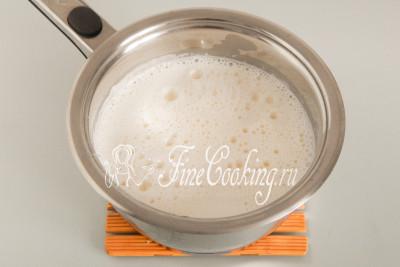 Переливаем заваренную смесь обратно в кастрюльку (где грелось молоко) и на тихом огне варим крем, постоянно(!!! - это значит безотрывно) мешая его (особенно тщательно нужно мешать у дна, чтобы не подгорело)