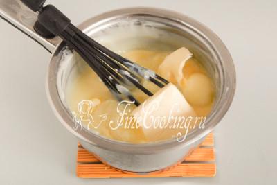 После этого снимаем кастрюлю с огня (или просто выключаем огонь), добавляем в заварной крем 150 граммов сливочного масла (можно сразу из холодильника , но удобнее мягкое) и вмешиваем его в массу