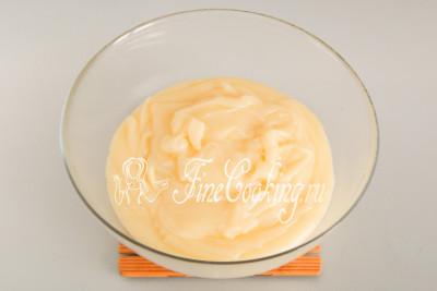 Чтобы охладить заварной крем для торта Наполеон, перекладываем его в отдельную посуду